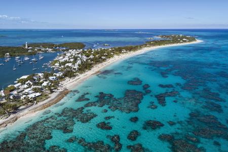 항구, 등 대와 희망봉에 팔꿈치 케이의 해변에서 공중보기 Abaco 섬, 바하마 해제합니다. 스톡 콘텐츠