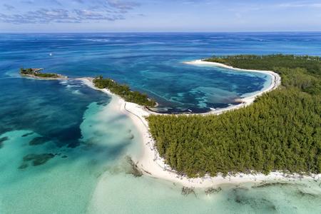 バハマ、アバコの湾とビーチを持つマンジャックケイの航空写真。アオウミガメや刺し傷が生息しています。 写真素材