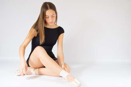 Young beautiful girl preparing for ballet 스톡 콘텐츠
