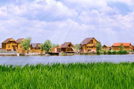 Siedlung am Fluss Standard-Bild