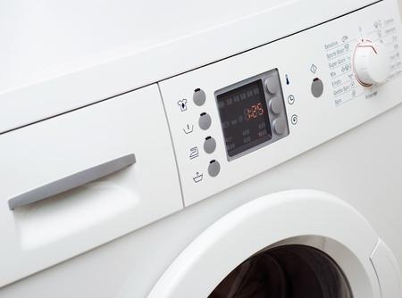 lavadora con ropa: Lavandería Foto de archivo