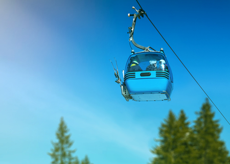 Mountain landscape. Ski resort. The cable car to the mountains. Ski lifts lifting skiers to the top of the mountain, on a background of blue sky and big white clouds. Bansko, Bulgaria 스톡 콘텐츠