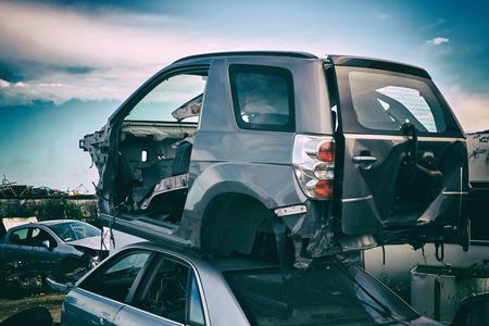 Reciclaje de automóviles. Descarga de autos viejos después de un accidente en la carretera. Chatarra industrial