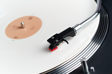 Turntable vinyl record player. Sound technology for DJ to mix & play music. Needle on a vinyl record. White vinyl record Banque d'images