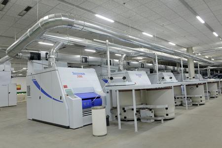 Luannan County - 13 december: een werking van spinnen apparatuur werkt in de fabriek, Zé de spinnerij op 13 december 2013, Luannan County, Hebei provincie, China. Stockfoto - 26475970
