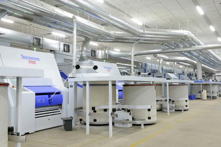 Moderne spinningapparatuur werkt in de fabriek Stockfoto - 34010048