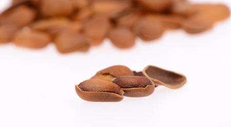 pine nuts: Pinoli su uno sfondo bianco, close-up