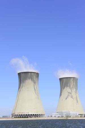 productos quimicos: chimenea de la planta de energ�a bajo el cielo azul, primer plano