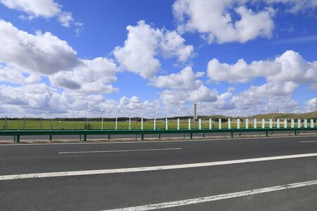 Beautiful highway, under the blue sky and white clouds Stockfoto - 131282897