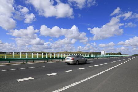 Beautiful highway, under the blue sky and white clouds Stockfoto - 131282803