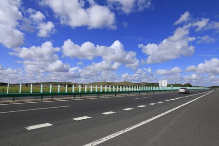 Beautiful highway, under the blue sky and white clouds Stockfoto - 131282817