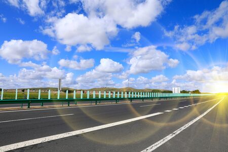 Beautiful highway, under the blue sky and white clouds Stockfoto - 131282874