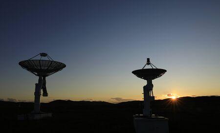 Equipo de observatorio en la silueta del atardecer.