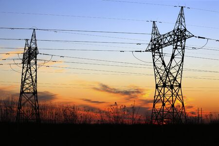 High voltage tower, silhouetted in the evening Stockfoto