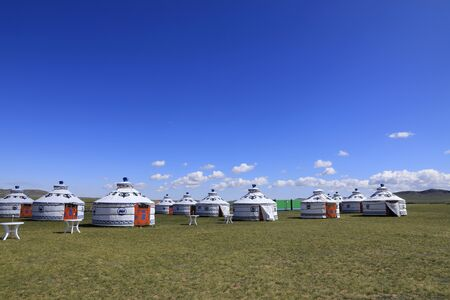 Mongolian yurt on the grassland,in the background of blue sky and white clouds Redactioneel