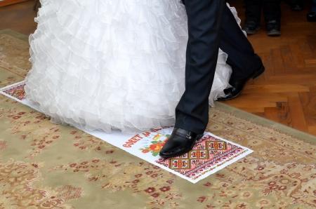 약혼녀: 신랑과 약혼녀는 수건에 서서 스톡 사진