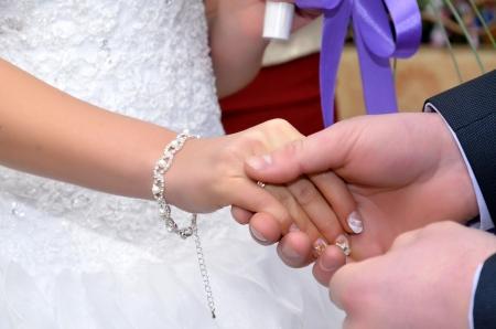 약혼녀: 신랑이 약혼녀에게 반지를 둔다