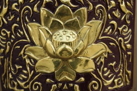Met de metalen decoratieve patroon van de stenen muur