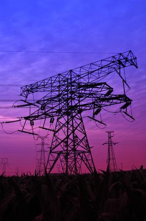 Hoog voltage elektrische toren lijn Stockfoto