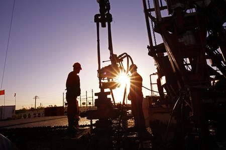 obreros trabajando: La exploraci�n de perforaci�n de petr�leo, los trabajadores petroleros est�n trabajando