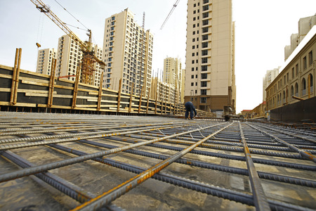 worker in the construction site making reinforcement metal framework for concrete pouring Stockfoto