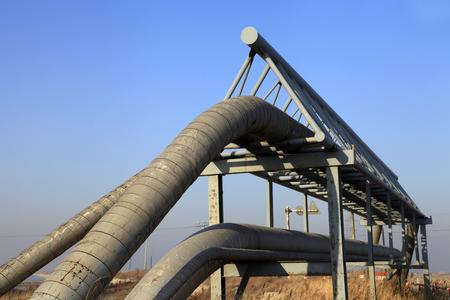 cilindro de gas: Los campos de petr�leo de tuber�as y v�lvulas Foto de archivo