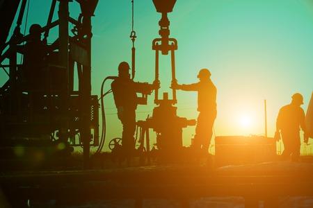 Exploration de forage pétrolier, les travailleurs du pétrole travaillent