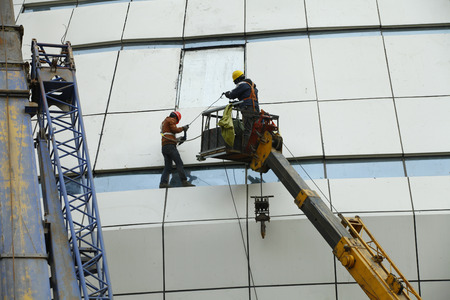 construction platform: Construction workers in mobile hydraulic construction platform