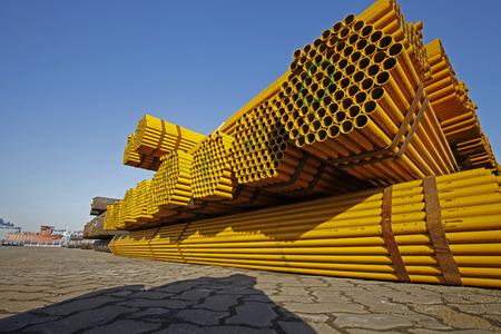 Gelbe gestapelte Stahlrohr