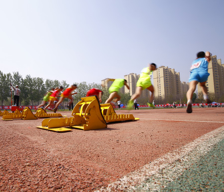 The sports meeting, the athletes began to sprint race