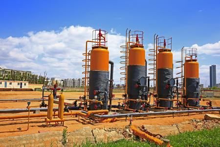 destilacion: Válvulas de tuberías y equipos industriales Foto de archivo