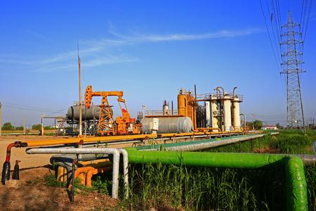 destilacion: Pipeline valves and industrial equipment Foto de archivo