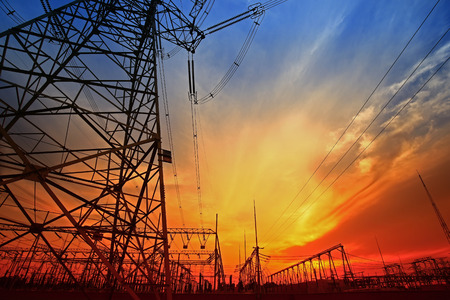 Electric tower, silhouette at sunset 新聞圖片