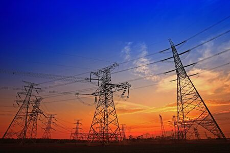 Wieża elektryczna, sylwetka o zachodzie słońca