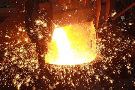 Glühenden Stahlschmelze in einem Eisen und Stahl Unternehmen Produktion Szene  Standard-Bild - 6198224