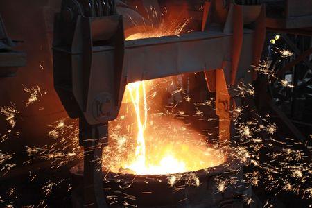 Glühenden geschmolzenes Stahl in einer Eisen und Stahl Unternehmen Produktion Szene Standard-Bild - 6198132