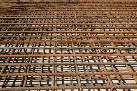 cantieri edili: materiali da costruzione, in un cantiere edile, la Cina settentrionale delle barre di acciaio.  Archivio Fotografico