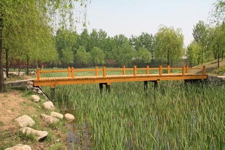 Holz Brücke in einem Park im Frühling, TangShang, HeBei, North China.  Standard-Bild - 7457030