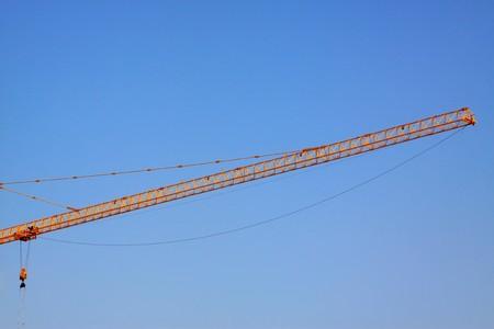 grue  tour: Grue � tour dans le fond de ciel bleu