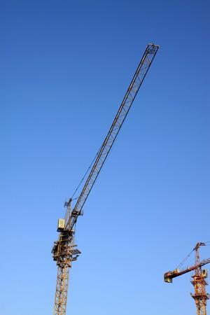 grue  tour: Grue � tour dans le fond de ciel bleu.  Banque d'images