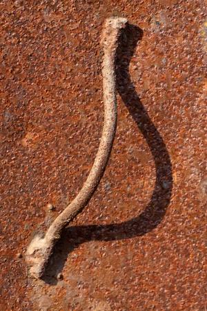 puertas de hierro: puertas de hierro oxidado y mango  Foto de archivo