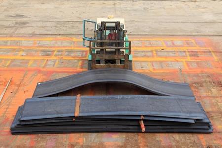 piastra acciaio: carrello elevatore lamiera di acciaio di trasporto camion in una fabbrica