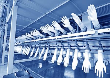 linea de produccion: Primer plano de acrilonitrilo-butadieno l�nea de producci�n en una f�brica de guantes, el norte de china