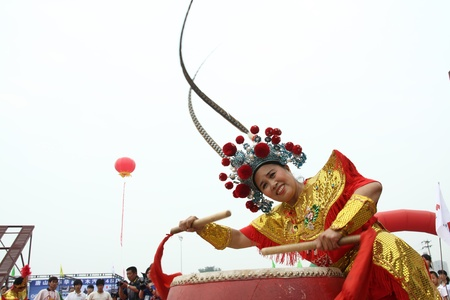 beat women: ornate women beat drums shows in north china