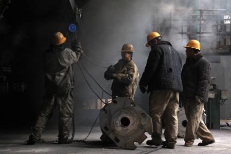 trabajadores: Los trabajadores de la l�nea de producci�n de hierro y acero de la empresa, el norte de china