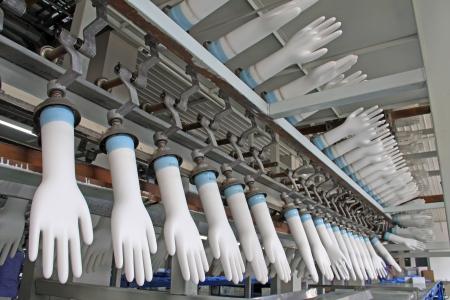 fabrik: Nahaufnahme von Acrylnitril-Butadien-Handschuhe Fertigungsstraße in einer Fabrik, Nordchina