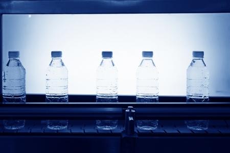Mineralwasser Fertigungsstra?e in einer Fabrik Standard-Bild - 21260148