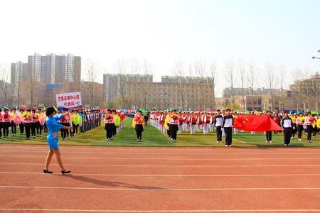 etiquette voyage: Luannan - 16 avril drapeau national escorte marchaient sur le terrain lors d'une cérémonie d'ouverture des Jeux de collège le 16 Avril 2013, Luannan, province du Hebei, en Chine