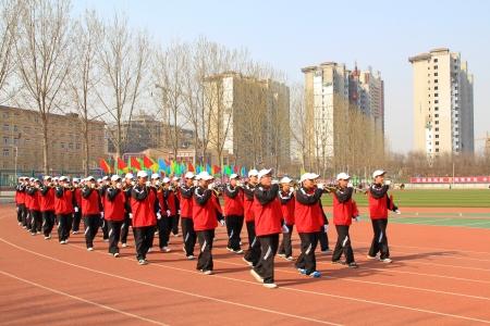 etiquette voyage: Luannan - 16 avril équipe performante Suona marchaient sur le terrain de jeu dans un jeux de collège cérémonie d'ouverture le 16 Avril 2013, Luannan, province du Hebei, en Chine