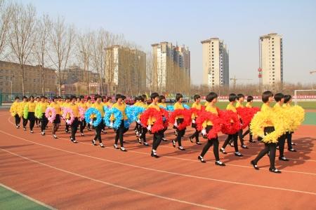 etiquette voyage: Luannan - 16 avril équipe performante Garland marchaient sur le terrain de jeu dans un jeux de collège cérémonie d'ouverture le 16 Avril 2013, Luannan, province du Hebei, en Chine